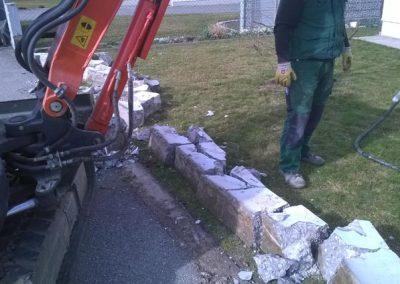 Nahaufnahme Entfernung eines Betonzauns durch den Fachbetrieb Gartenreich Patrick Schwab in Landau/Isar