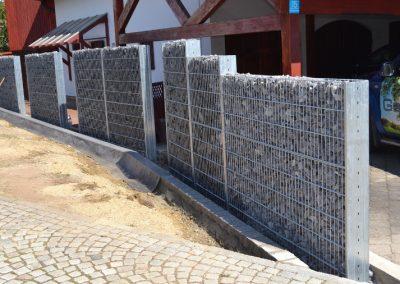 Gabionenzaun erstellt durch die Firma Gartenreich Schwab in Landauaus einem anderen Blickwinkel